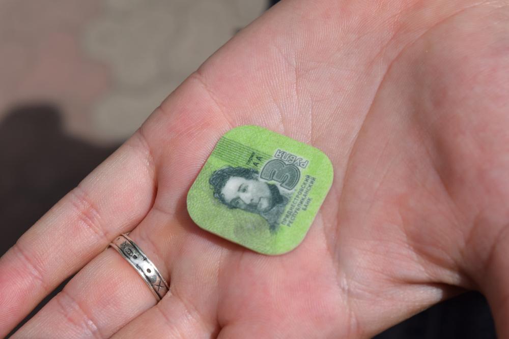 Pirmā iepazīšanās ar Piedņestras naudu. Plastmasas trinītis! Ir arī piecīši un viena rubļa monētas. Man šķiet, ka šos nevar saukt par monētām, bet tiešām nezinu, kādu vārdu lai lieto. Plastmasas nauda. wtf. Katram nominālam ir cita krāsiņa un formiņa arī.