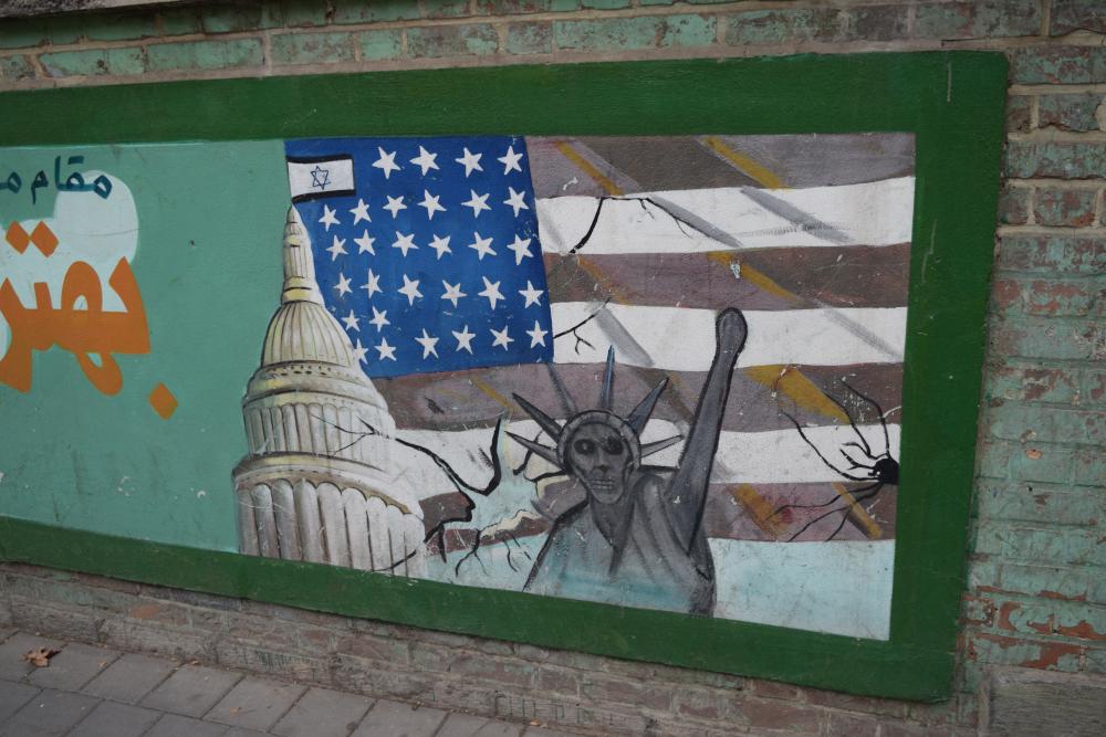 """Dažus gadus vēlāk, pēc Irānas premjerministra Razmaras nāves, valsts vadību pārņēma """"Tautas frontes"""" priekšnieks Mossadehs, kurš bija baigais patriots un gribēja visu nacionalizēt. Jā, arī naftu. Tāpēc britiem un amerikāņiem nekas neatlika, kā pa kluso saplānot valsts apvērsumu, kura rezultātā visa vara pār valsti atkal pienācās šaham, un šahs, protams, pateicībā par valsts izglābšanu no ļaunajām demokrātijas rokām, atļāva amerikāņiem un britiem atkal pumpēt naftu. Nuja, un apvērsums tika plānots un realizēts ASV vēstniecības pagrabā. No šī paša pagraba pa īstam arī notika jaunās Irānas vadīšana - tika izstrādātas visādas reformas, modernizācijas un kas tik vēl ne, bet lēnīgajiem irāniešiem tas viss izrādījās pārāk strauji, tāpēc 1979. gadā sākās atkal jauna revolūcija."""