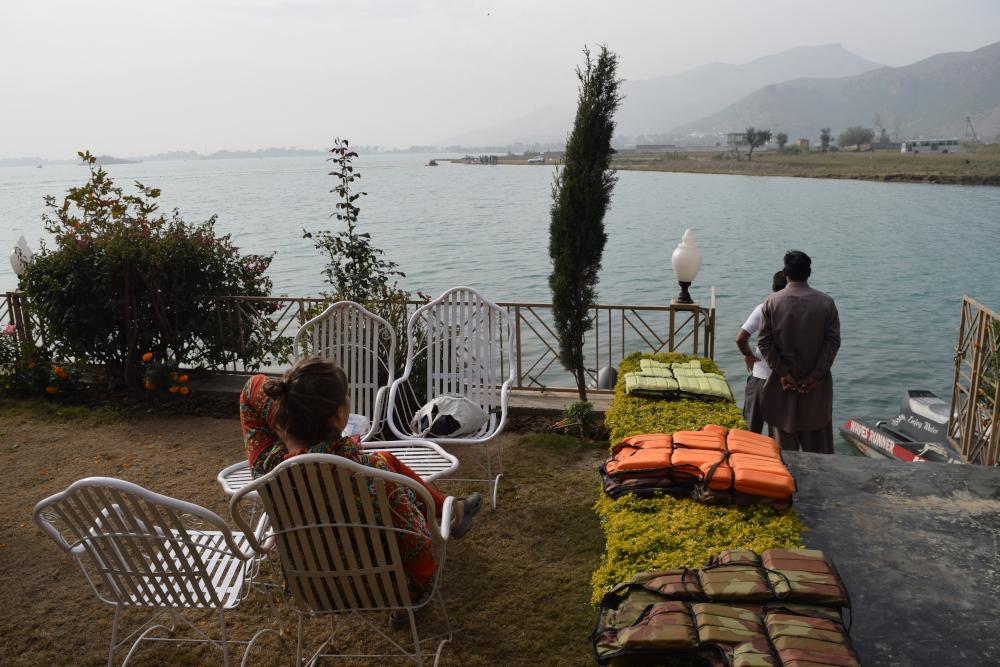 Viesnīcai pienākas pagalms ar galdiņiem tieši pie ezera. Padārgi, bet varam taču pasēdēt ar kafijas krūzi, pabaudīt dabu.