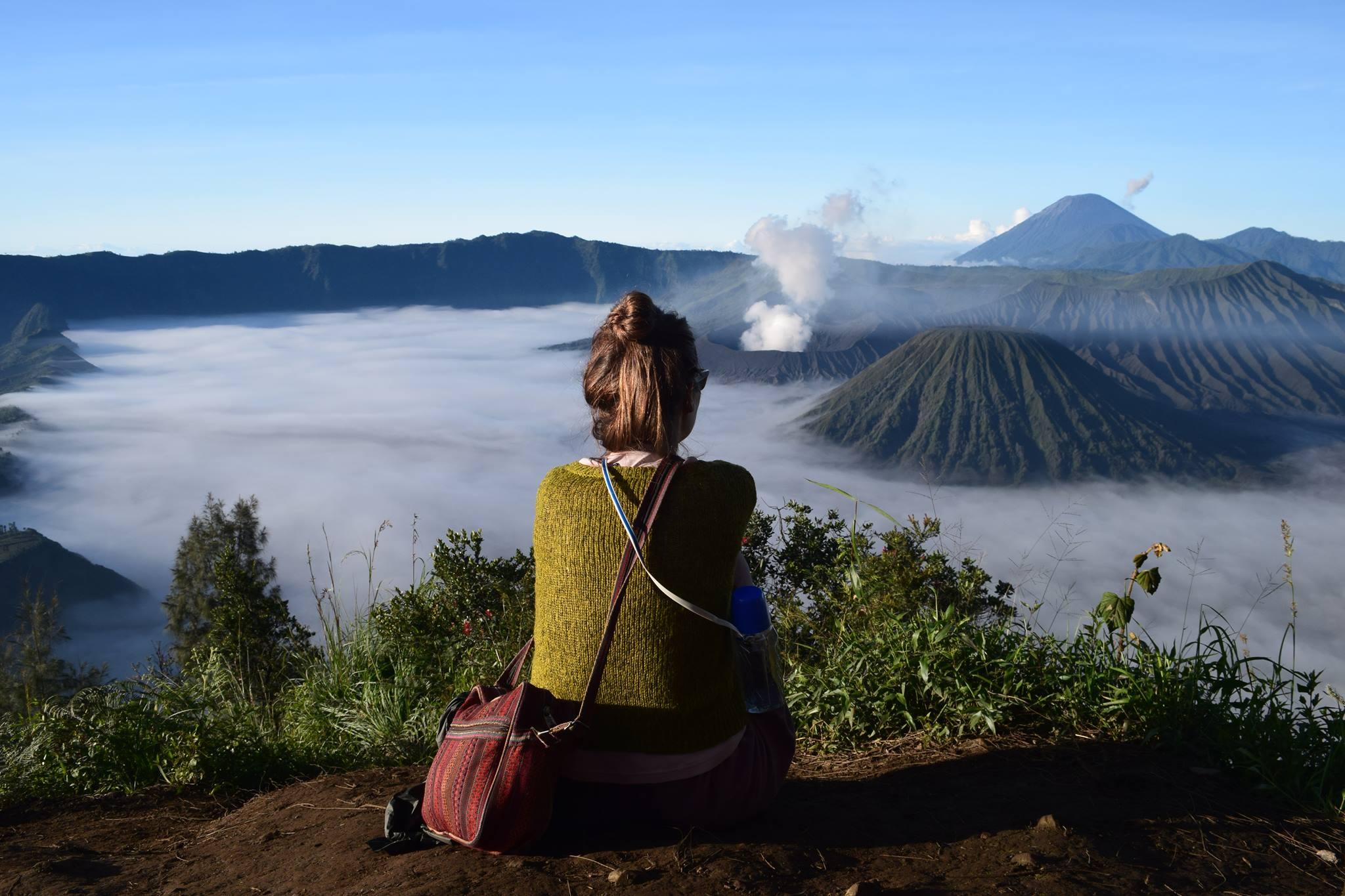 Karīna un saullēkts pār Bromo (vulkāns Indonēzjiā). Šis foto nu jau izvazāts pa visiem medijiem!
